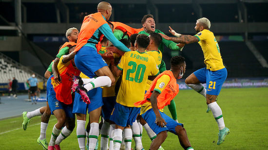 Brasilien fixiert Gruppensieg in Nachspielzeit