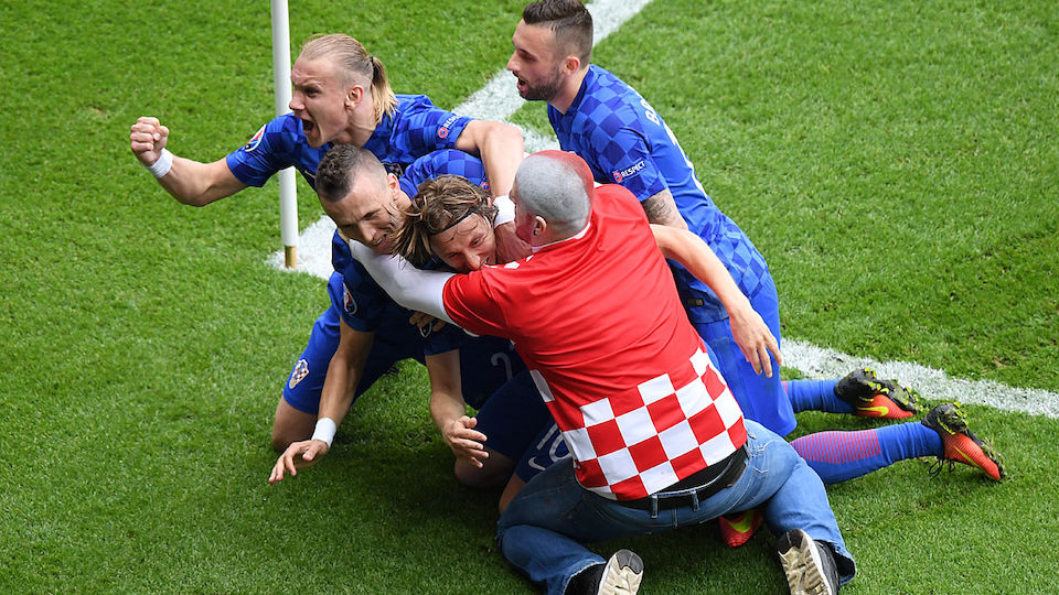Kroatischer Fan jubelt am Feld mit Mordic und Co.