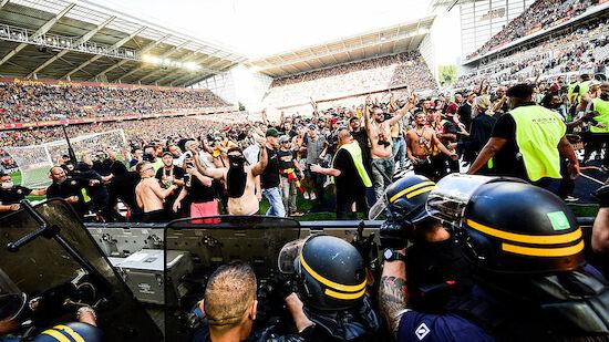 Krawalle und Platzsturm bei Lens gegen Lille