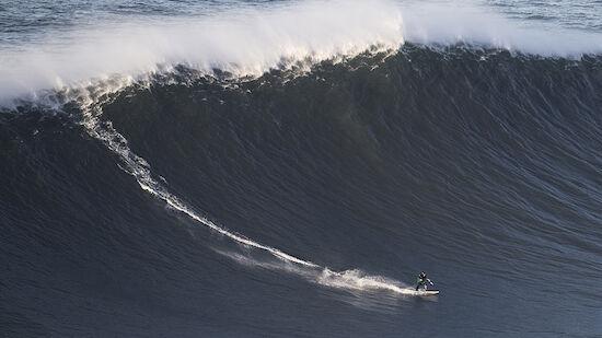 Surfer stirbt nach Fall von Riesenwelle