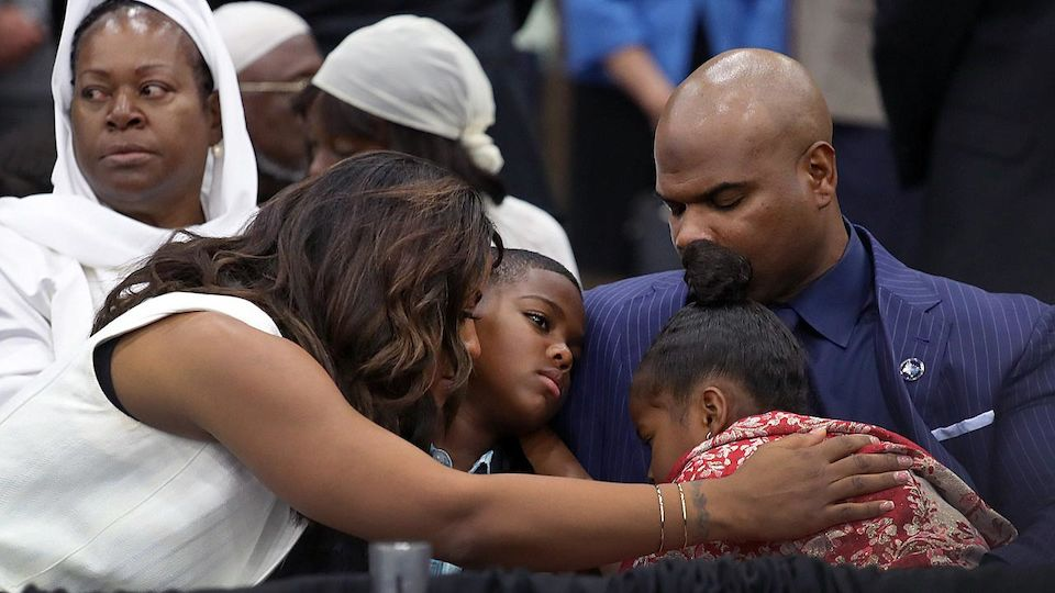 Tausende begleiten Alis Trauerzug